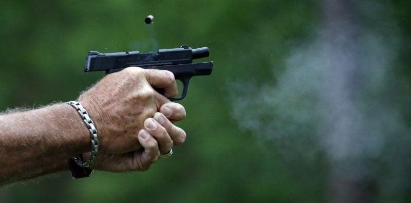 銃の持ち方の基本「両手撃ち」